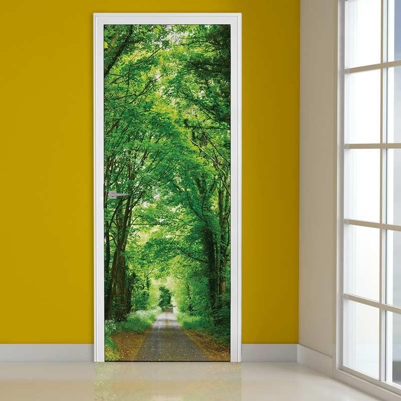 Viale con alberi verdi